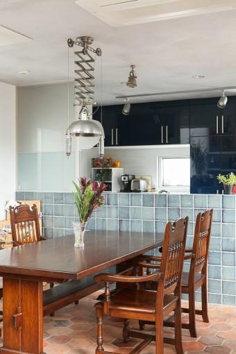 キッチンは実用性を重視してヤマハのシステムキッチンを導入している。