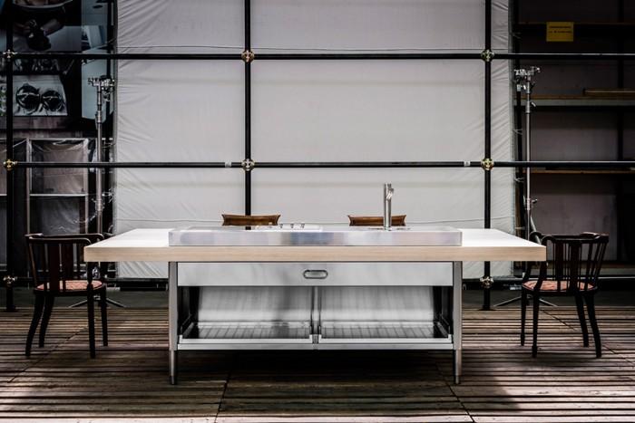 「Liberi in Cucina」より「Cucina Convivio」。一枚板のテーブルトップの一辺に160×65cmのステンレス調理台を設置。