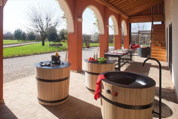 「Tinozza」ティノッツァとは、ワイン製造で使う桶のこと。流し、コンロ、作業台の3種類あり、流し以外は可動キャスターつき。