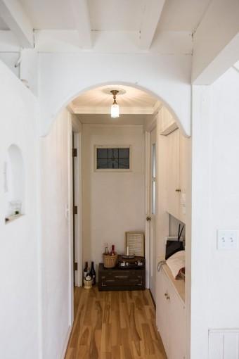 バスルーム、寝室につながる廊下。天井をアーチ状にするなど、細かいところまでこだわったことがわかる。