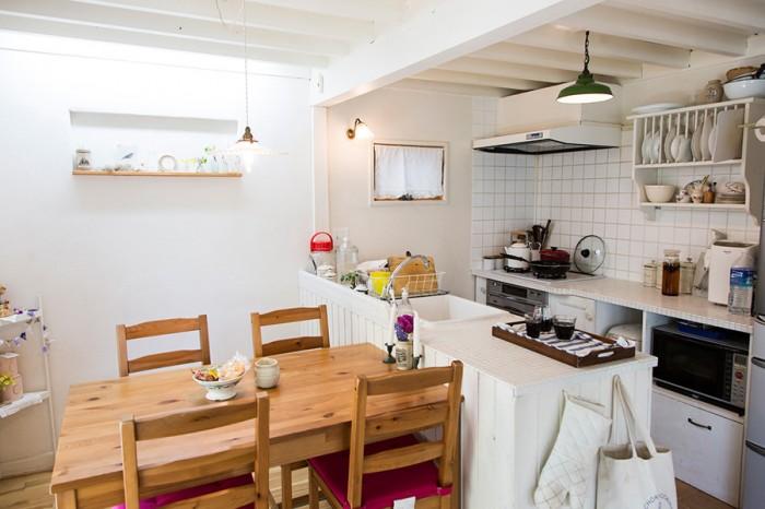 ダイニングはテーブルに合わせてサイズを考えた。コンロ横の窓も自力で作成。ナチュラルで清潔なキッチン。