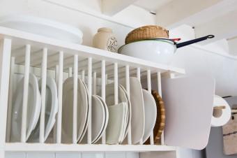 皿が取り出しやすいよう、縦に収納できる棚を設置。食器類は必要なものだけを揃える。