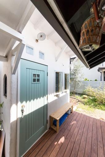 家からアトリエの入り口につながるスペースには、デッキやタイルを敷いた。