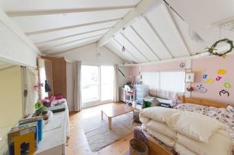 長女の部屋はピンクと白で統一。お気に入りの「JOJOの奇妙な冒険」をテーマに飾り付け。