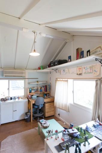 長男の部屋。父親とプラモデル造りをするのが今の楽しみ。