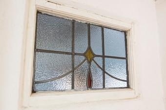 アンティークのステンドグラスをはめ込んだ扉。これもDIY。