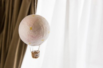 気球のオブジェも志保さんの手作り。子供が幼稚園時代、作ってきたものをヒントに制作。