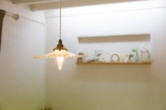 ランプを初め、部屋の至るところにアンティークが用いられ、ヨーロッパ調の雰囲気を出している。