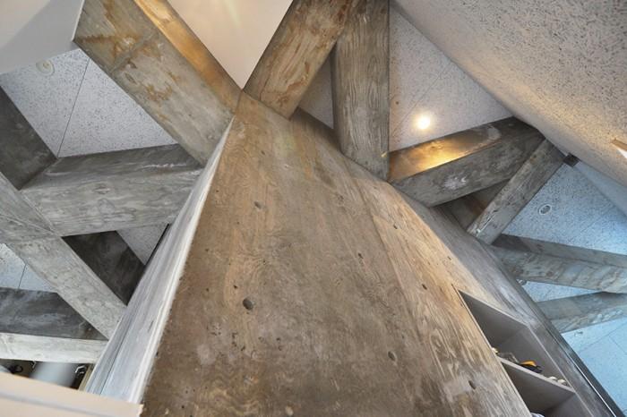 木をモチーフにしたこの家の構造がよくわかる2階の天井部分。