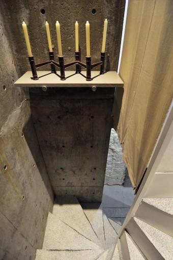 地下へと至る階段。出来る限りコンパクトに納められたデザインだが、こうした仕掛けも忘れない。