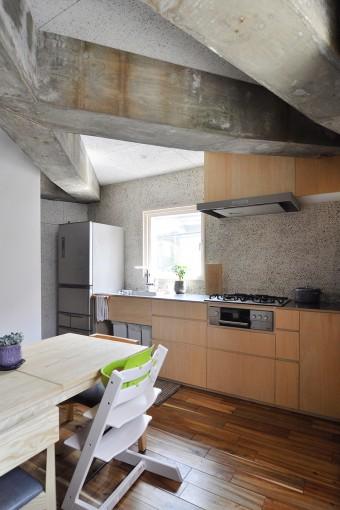 2階のキッチン部分の壁はリサイクルガラスの洗い出し仕上げ。素材感がありかつ楽しさの感じられる仕上げだ。
