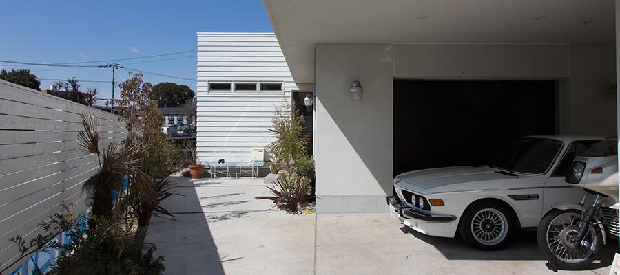 休日が待ち遠しい家  公園の緑を従える抜群の環境 カリフォルニアスタイルの家