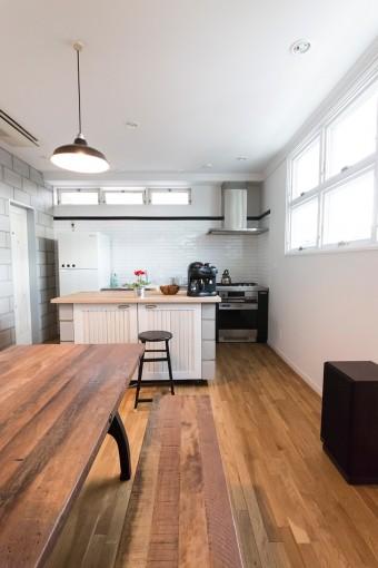 この家にピッタリのデザインのアイランドキッチン。キャスター付きの可動式なので床の掃除も楽チン。