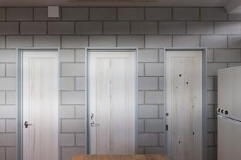 「端材でドアも作っていただきました。3つのドアの表情が少しずつ違うのがいいですよね」
