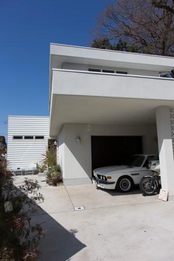 「深い庇の下にカーポートがあるデザインがとても気に入っています。一目惚れしたデザインスケッチそのままの外観です」