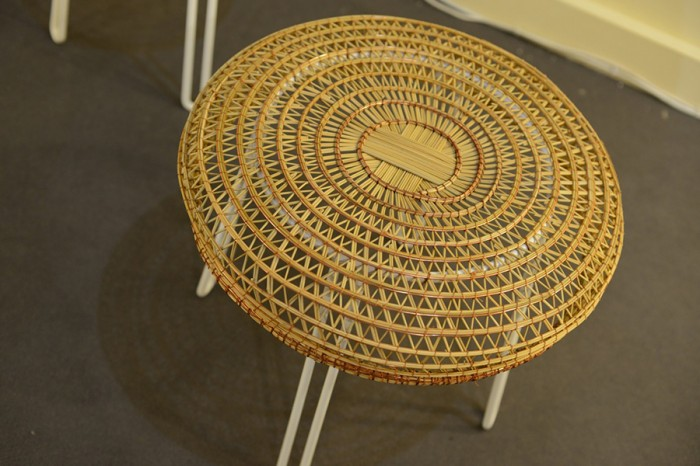 「Trifula chair」trifulaとは南イタリアの言葉でイグサを指し、かつて漁師は水辺に自生するイグサで漁のカゴを編んだ。その伝統工芸をプロダクトに生かしている。