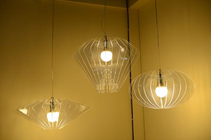 「Diamanti lights」アクリル樹脂製の羽を使ったダイヤモンド型のペンダントライト。
