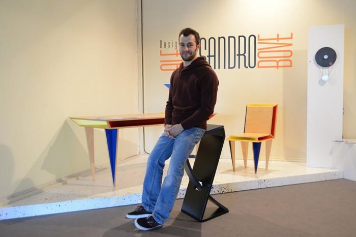 体の動きに合わせて揺り椅子のように動くスツールを実演してみせるアレッサンドロ・ボヴェ。