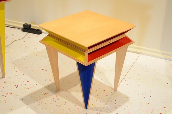 「Kandinsky」色と幾何学的なデザインはロシアの芸術家へのオマージュ。サイドテーブル。テーブル、椅子との3点シリーズの1つ。