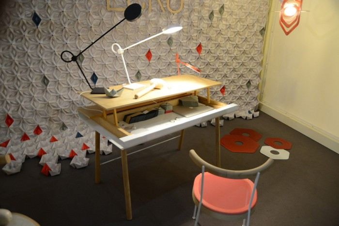 デスク、ライト、椅子のトータルコーディネーション