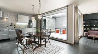 ヘーベルハウスの実例味わいあるヴィンテージ家具、アウトドアリビングを楽しむ家