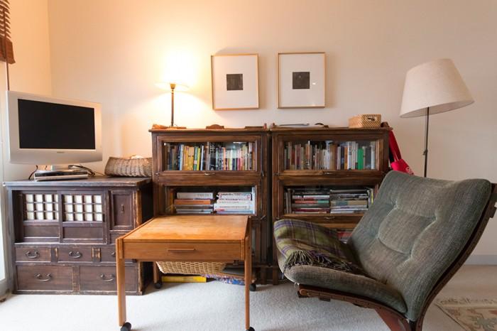 """門倉さん夫妻が""""勉強部屋""""と呼んでいる書斎。テレビは家の中でここにしかない。"""