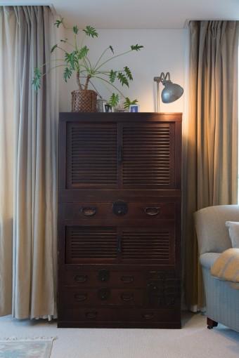 骨董屋で探した帳場箪笥。味わいのある家具にグリーンが、どこか和める空間を構成している。