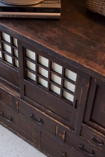 日本橋出身の祖父が使っていた和箪笥。3代続けて、大切に受け継がれている。