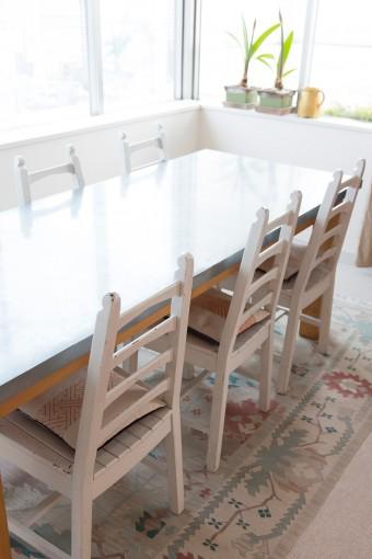 亜鉛の天板のテーブルは、経年の変化も魅力のひとつ。コンランショップで見つけたお気に入り。
