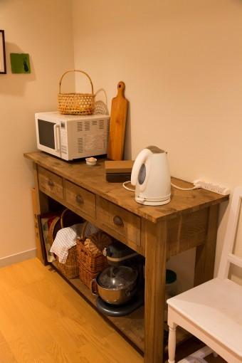 キッチンの一角。木の家具に、白い家電を選んでナチュラルに。