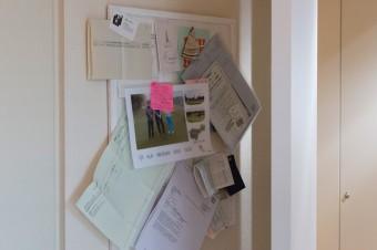 必要なメモやプリントは、ドア裏に隠れるように。雑然とさせないためのアイデア。