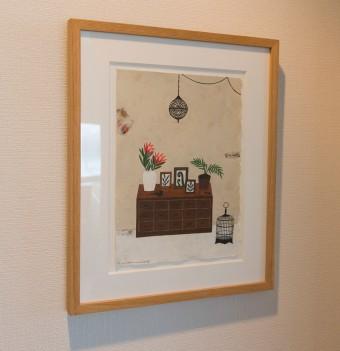 シンプルな廊下も絵を飾って楽しく。門倉邸を思わせる図案がユニーク。