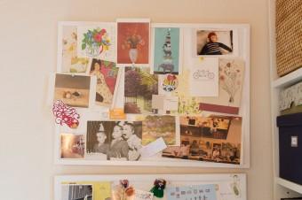 勉強部屋の壁面。知り合いから送られたポストカードをボードに貼り、眺めては楽しんでいる。