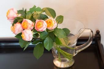 バトラーズテーブルに飾られた生花。彩りを添えるため、花はなるべく絶やさないようにしている。