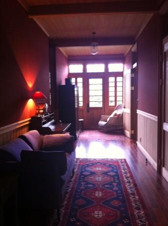 東京と同じくカーペットを敷き、華やかさを添えた廊下。