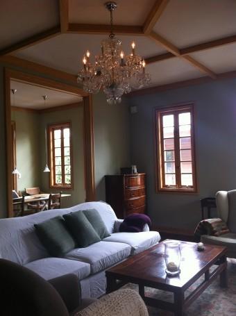 大きなソファーにシャンデリア。ゴージャス感もありながら派手にならず落ち着くのは、質の良さがポイント。