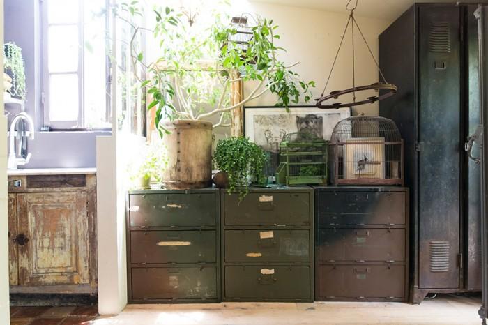 スチール製のアンティークロッカーに植物。経年の美しさに癒しのグリーンが味を出す。
