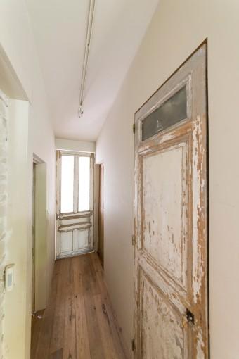 各部屋にフランスのアンティークのドアを取りつけた。