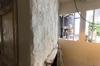 壁はわざと凹凸をつけた。キッチンとの仕切りには開口部が設けられ、抜け感がある。