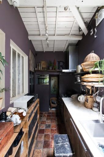 天井がむき出しになったキッチンは、ヨーロッパの田舎風。