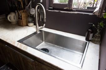 大理石をくり抜き、シンクを取りつけてキッチン台に。