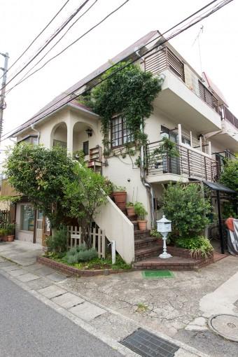 2・3階が住居.リビングの窓のまわりにパーゴラを設け、モッコウバラをはわせている。