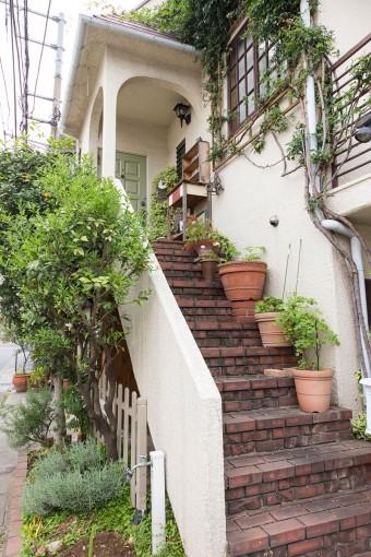 レンガ敷きの階段は、購入当初から。階段に鉢植えを置き、グリーンを楽しめるように。