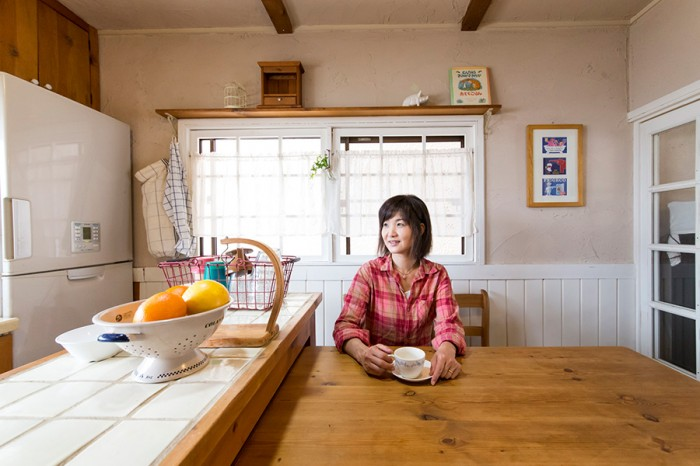 ダイニングでお茶を飲む美紀さん。「パイン材の質感が好きなので、使うのはパイン材で統一しています」。