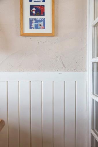 DIYのきっかけとなった、ダイニングの腰壁。うすいピンク色の珪藻土壁がとあいまって、ナチュラルな雰囲気に。