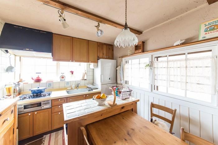 ダイニングとキッチンを見る。キッチン本体には手を入れていないが、冷蔵庫の上の収納は美起さんが作った。