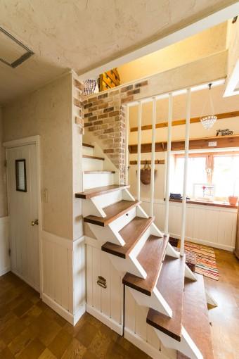 階段やまわりの壁面もリフォームした。左手の扉は、階段下のスペースをいかしたトイレ。