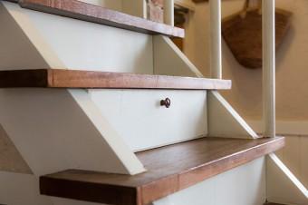階段のステップの部分に引き出しを設けるなど、ちょっとしたスペースも収納に生かしている。
