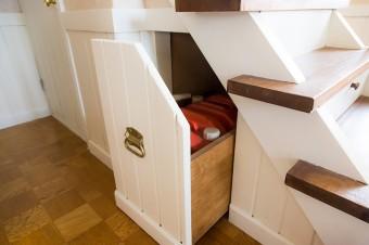 階段の下には、灯油のポリタンクを収納できるように工夫されている。
