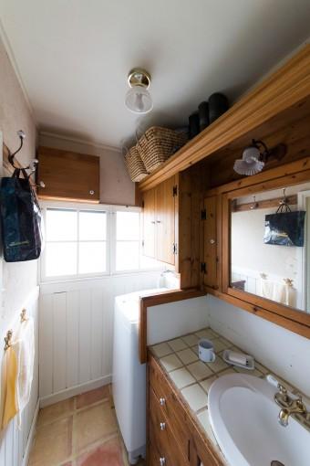 床をテラコッタ貼りにした洗面室。